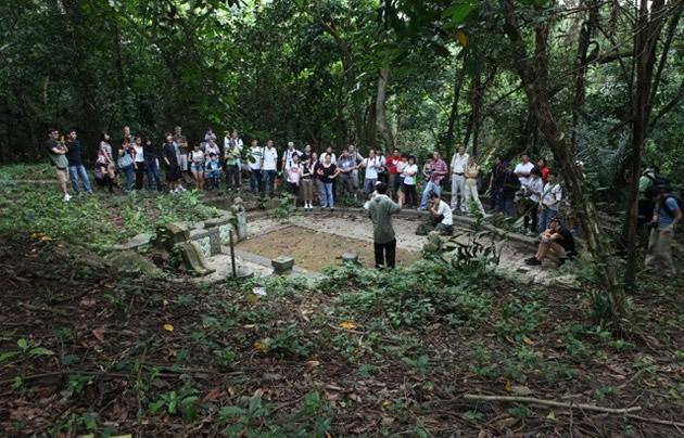 A volunteer introduces one of the largest single tombs on the grounds of Seh Ong Cemetery – that of Oon Chim Neo, wife of former Municipal Commissioner Ong Boon Tat.