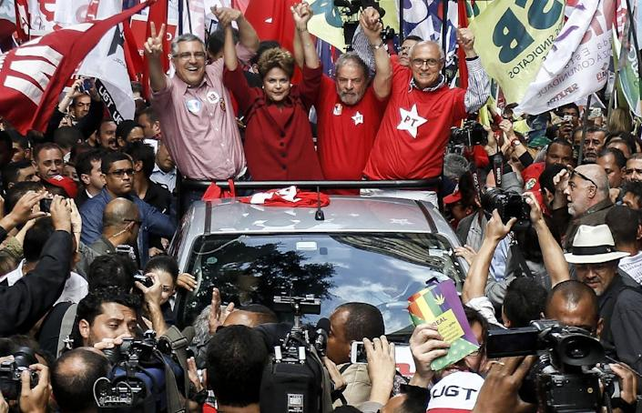 Brazilian president and presidential candidate for the Workers' Party Dilma Rousseff (2nd from L) waves at supporters during a campaign rally in Sao Paulo, Brazil, on October 03, 2014 (AFP Photo/Miguel Schincariol)