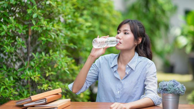 ilustrasi minum air mineral/Photo by Little Pig Studio from Shutterstock