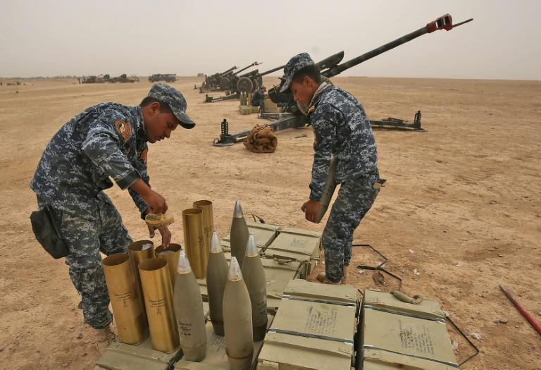 Iraqi forces prepare their weapons outside the town of Sharqat on September 20, 2017 in readiness for their offensive against the Islamic State group enclave of Hawija