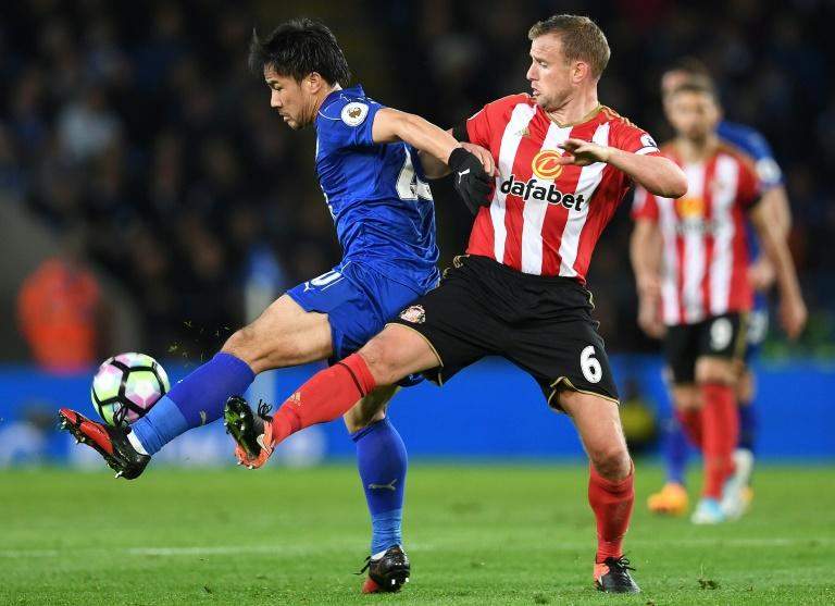 Leicester City's Shinji Okazaki (L) fights for the ball with Sunderland's Lee Cattermole during their English Premier League match, at the King Power Stadium in Leicester, on April 4, 2017