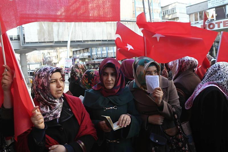 Women waving Turkish flags take part in a protest against the seizure of Bank Asya, in front of a branch in downtown Ankara on February 4, 2015 (AFP Photo/Adem Altan)