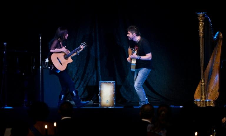 Rodrigo y Gabriela performed before then-US president Barack Obama and Michelle Obama and visiting Mexican president Felipe Calderon and his wife after a White House state dinner in 2010