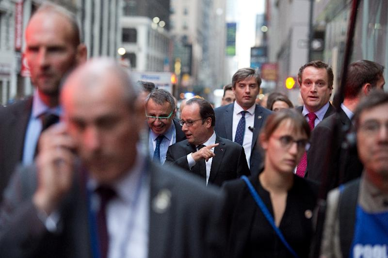 French president Francois Hollande (C) walks to his hotel as part of his visit to the 70th UN assembly in New York, September 27, 2015 (AFP Photo/Alain Jocard)