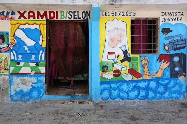 <p>A mural on a shop front illustrates a beauty salon and traditional Somali henna in Hodan district of Mogadishu, Somalia, June 8, 2017. (Photo: Feisal Omar/Reuters) </p>