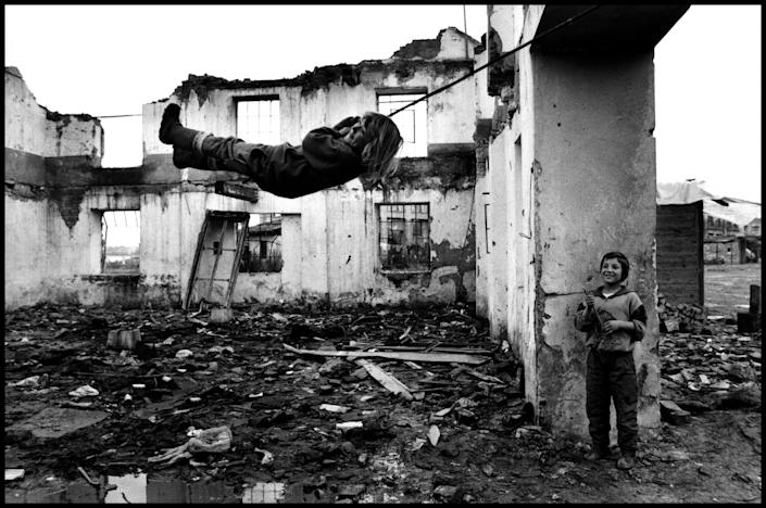 Bosnian Muslim displaced refugees, Croatia, 1995. (Photograph by Peter Turnley, Bates College Museum of Art, gift of John and Claudia McIntyre)