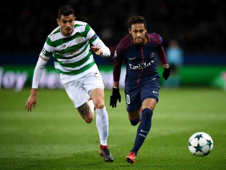 Paris Saint-Germain's striker Neymar (R) fights for the ball with Celtic's midfielder Nir Bitton during the UEFA Champions League Group B football match November 22, 2017