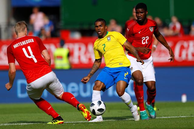 Soccer Football - International Friendly - Austria vs Brazil - Ernst-Happel-Stadion, Vienna, Austria - June 10, 2018 Brazil's Douglas Costa in action with Austria's Martin Hinteregger and Kevin Danson REUTERS/Leonhard Foeger