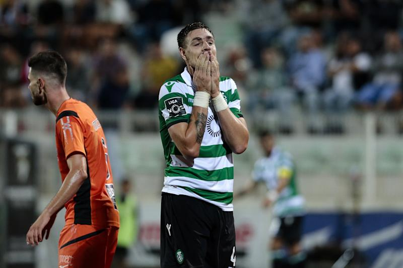 LF. Portimao (Portugal), 07/10/2018.- Sporting's Sebastian Coates reacts after the defeat against Portimonense in the end of their Portuguese First League soccer match held at Portimao Stadium, in Portimao, Portugal, 07 October 2018. EFE/EPA/FILIPE FARINHA