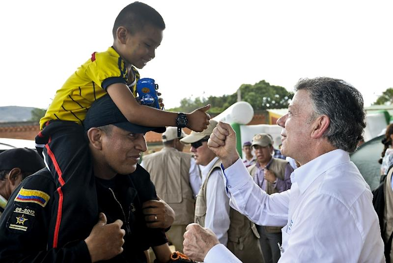 Photo released by the presidential press office showing Colombian President Juan Manuel Santos (R) during a visit to a shelters in Villa del Rosario, Colombia, where Colombians deported by Venezuelan authorities are lodged on August 29, 2015 (AFP Photo/Efrain Herrera)