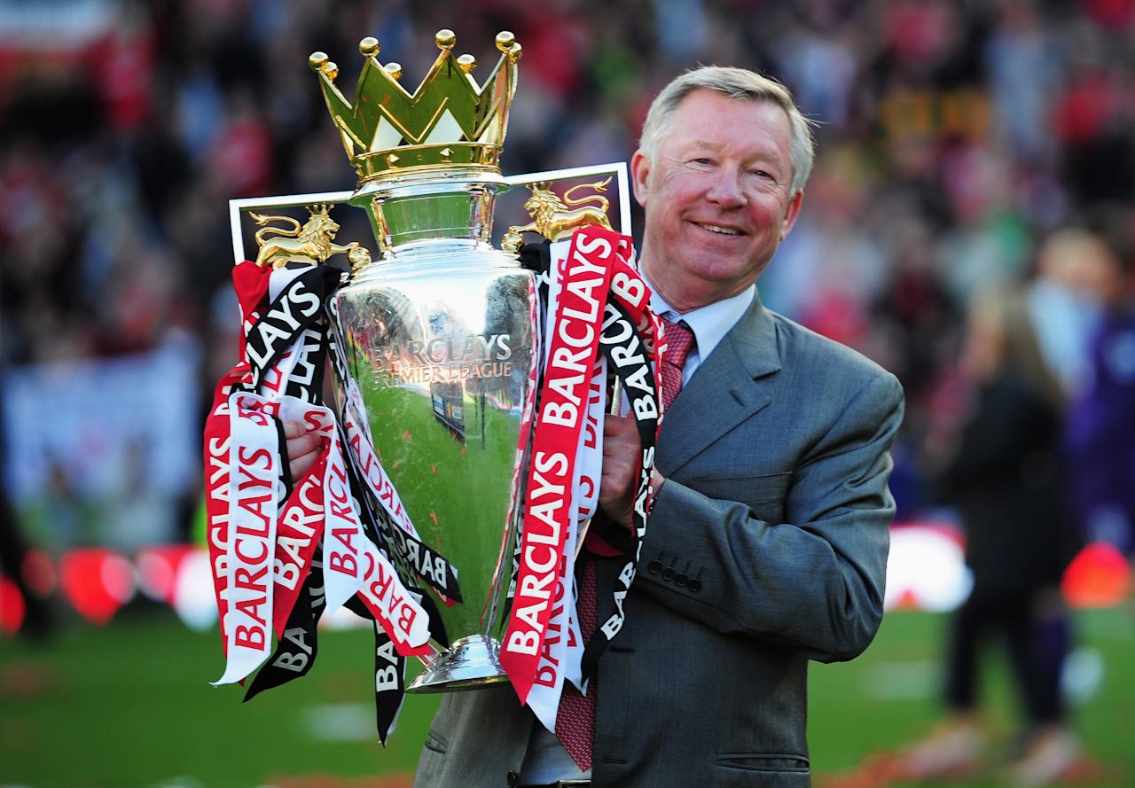 MANCHESTER, ENGLAND - MAY 22:  Sir Alex Ferguson manager of Manchester United lifts the Premier League trophy after the Barclays Premier League match between Manchester United and Blackpool at Old Trafford on May 22, 2011 in Manchester, England. Manchester United celebrate a record 19th league championship.  (Photo by Shaun Botterill/Getty Images)