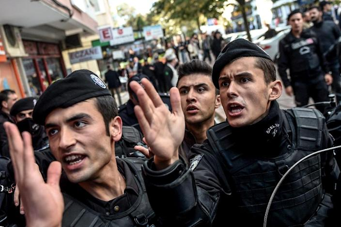 Turkish riot police clash with protesters near the headquarters of Bugun newspaper and Kanalturk television station in Istanbul during a demonstration against a government media crackdown, on October 28, 2015 (AFP Photo/Ozan Kose)