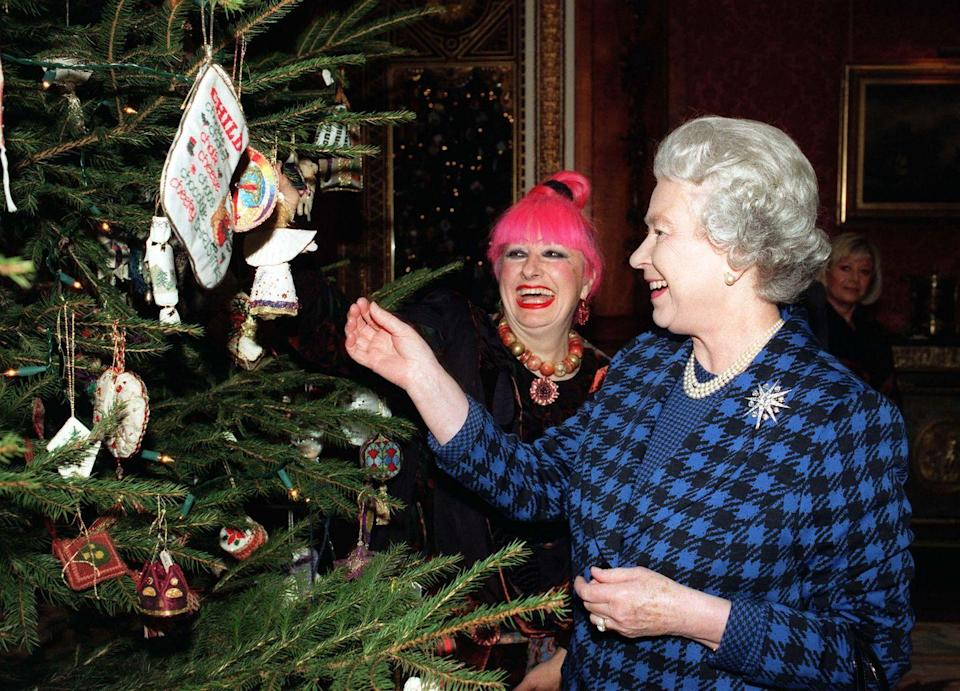 <p>Queen Elizabeth and fashion designer Zandra Rhodes enjoy the Christmas decor in Buckingham Palace's Picture Gallery.</p>