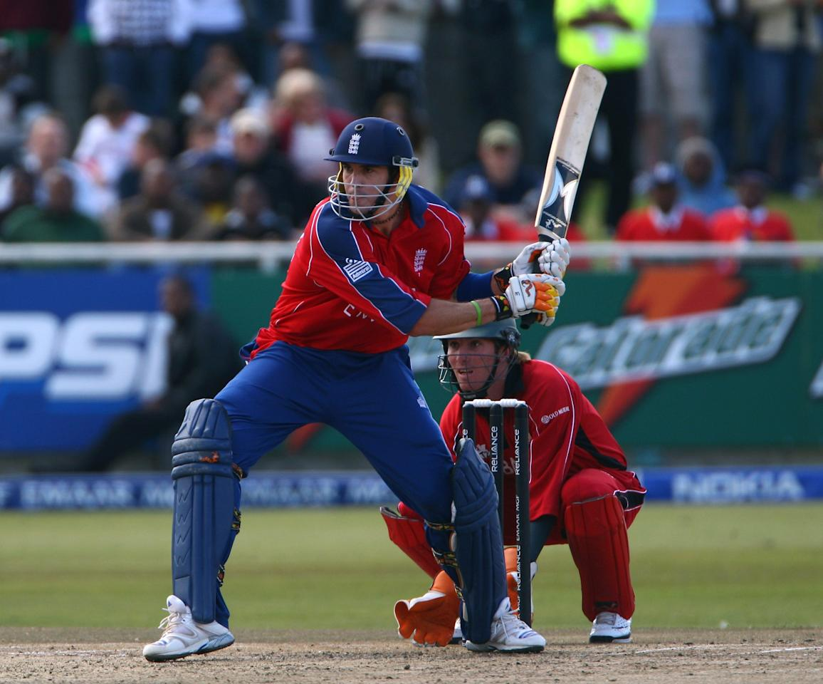 CAPE TOWN, SOUTH AFRICA - SEPTEMBER 13:  Kevin Pietersen of England prepares to reverse sweep during the ICC Twenty20 World Championship match between England and Zimbabwe at Newland Cricket Ground on September 13, 2007 in Cape Town, South Africa.  (Photo by Tom Shaw/Getty Images)