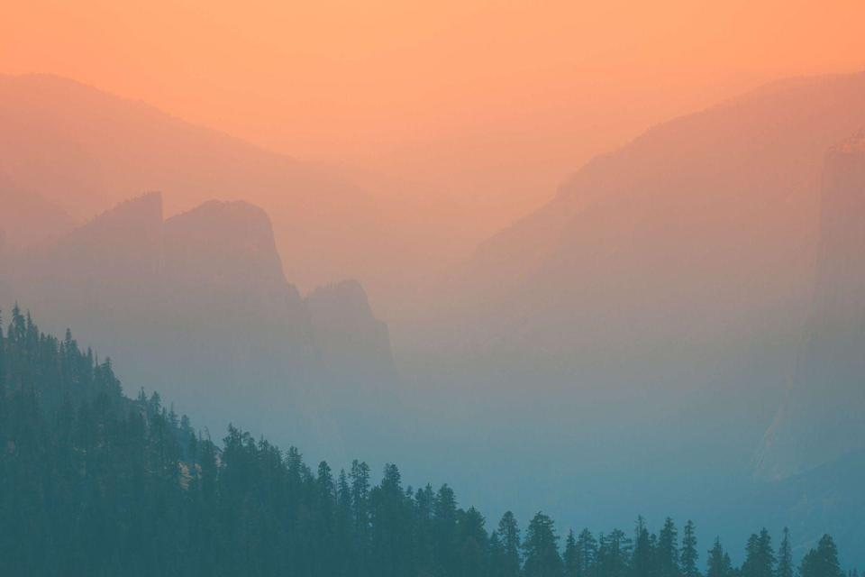 <p>A view from the Sentinel Dome trail shows a dreary haze clouding the Yosemite valley in California // July 17, 2017. </p>