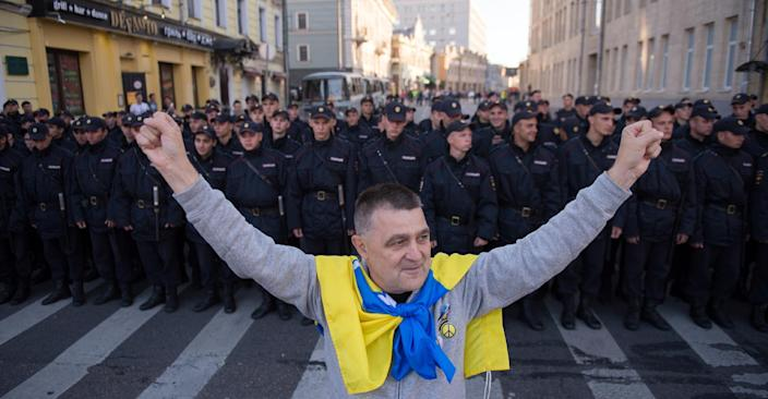 An anti-war protestor holds a Ukrainian flag in the center of Moscow on September 21, 2014 (AFP Photo/Alexander Utkin)
