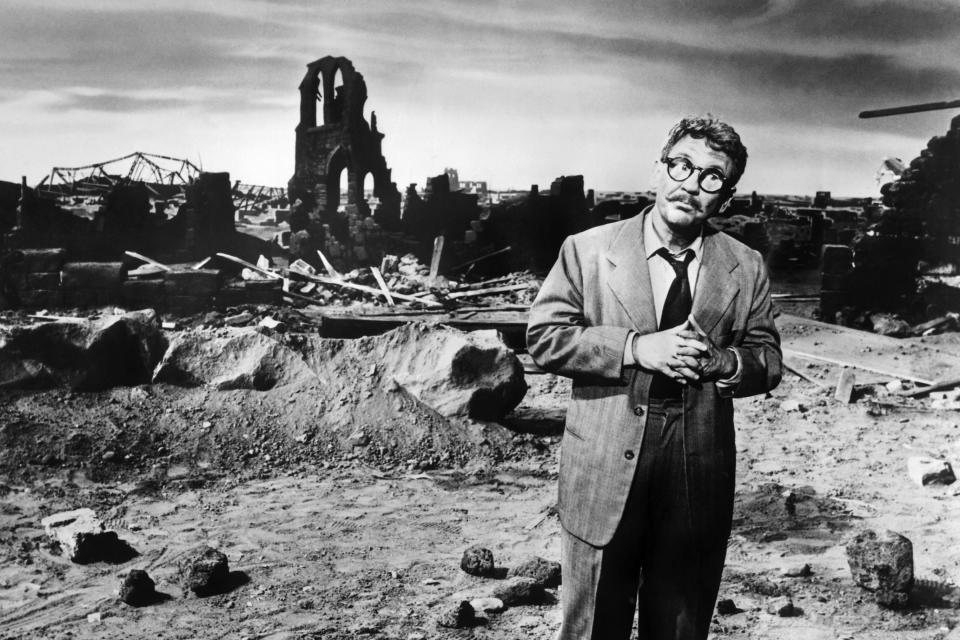 THE TWILIGHT ZONE, Burgess Meredith, 'Time Enough At Last' (Season 1, aired November 20, 1959), 1959-64 | Courtesy Everett Collection—Courtesy Everett Collection