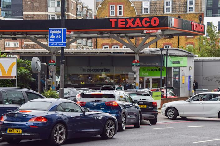 LONDON, UNITED KINGDOM - 2021/10/03: Cars queue at a reopened Texaco station in Central London.  Many stations in the UK have run out of petrol due to a shortage of truck drivers linked to Brexit, along with panic buying. (Photo by Vuk Valcic/SOPA Images/LightRocket via Getty Images)