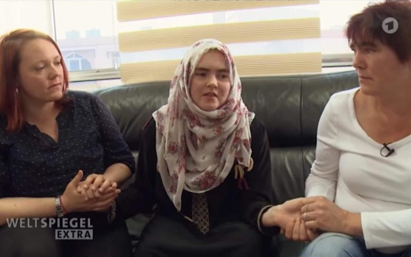 Linda Wenzel meets her mother and sister for the first time in a year, in the palace of justice in Baghdad - Weltspiegel extra