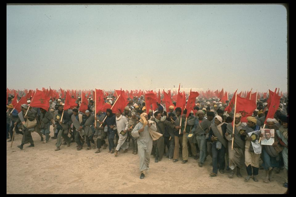 Thousands of Moroccan & # xed; es enter the S & # xe1; hara on November 6, 1975. (Photo by Alain Nogues / Sygma / Sygma via Getty Images)
