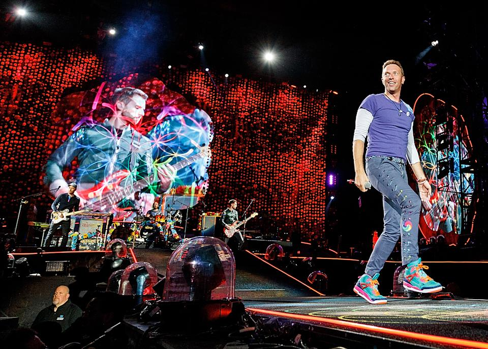 VANCOUVER, BC - SEPTEMBER 29:  Chris Martin of Coldplay performs on stage at BC Place on September 29, 2017 in Vancouver, Canada.  (Photo by Andrew Chin/Getty Images)