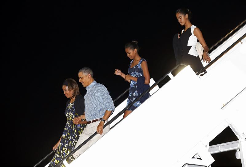 U.S. President Barack Obama (2nd L) and his family, (from L to R) Michelle Obama, Obama, Sasha and Malia, step from Air Force One upon their arrival for their vacation in Honolulu, in Hawaii December 20, 2013. REUTERS/Kevin Lamarque (UNITED STATES - Tags: POLITICS)