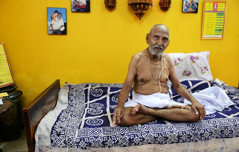Indian monk Swami Sivananda, who claims to be 120 years old, is applying to Guinness World Records to verify his claim to be oldest man to have ever lived (AFP Photo/Dibyangshu Sarkar)