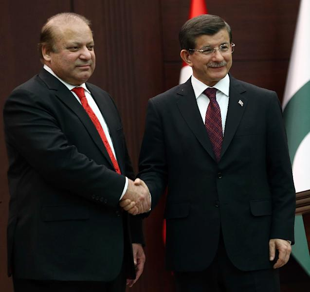 Turkish Prime Minister Ahmet Davutoglu (R) shakes hands with Pakistani Prime Minister Nawaz Sharif during a joint press conference at the Prime Ministry office at Cankaya Palace on April 3, 2015 in Ankara (AFP Photo/Adem Altan)