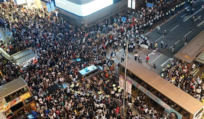 Police officers clash with protesters in Mong Kok during the Occupy movement on October 17, 2014. Photo: K. Y. Cheng