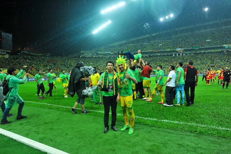 Rizal Ghazali celebrating with Tan Cheng Hoe after Kedah's win in the 2016 Malaysia Cup final on 30/10/16