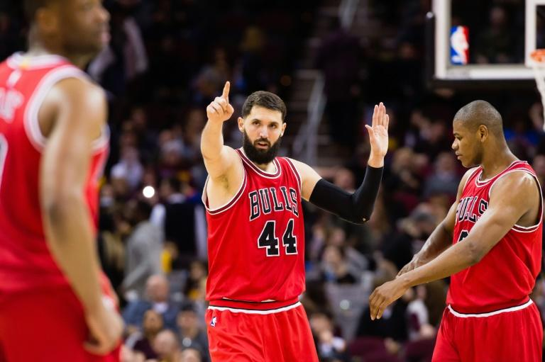Nikola Mirotic (C) of the Chicago Bulls celebrates with teammates after scoring during a NBA game against the Cleveland Cavaliers, in Cleveland, Ohio, in February 2017