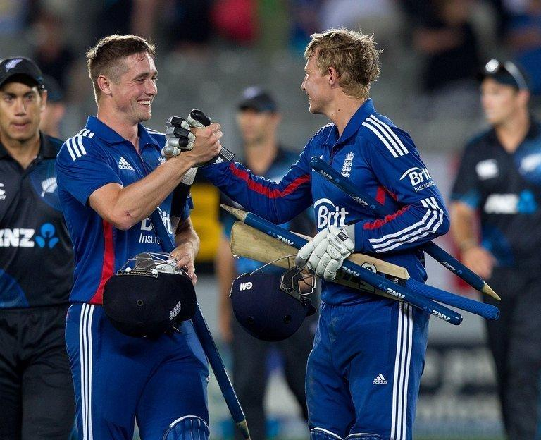 Chris Woakes (L) and Joe Root celebrate victory in the final one-day international in Auckland on February 23, 2013