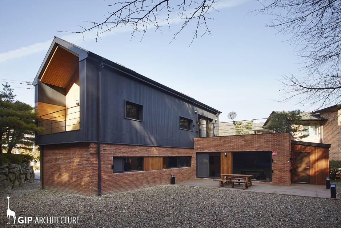 <p>There's definitely no denying the fact that this home has been designed with traditional farm barns in mind, but what a modern reimagining! A red brick base has been neatly topped with sleep anthracite grey metal sheet cladding and the whole aesthetic is simply charming. What a fabulously contemporary dwelling.</p>  Credits: homify / GIP