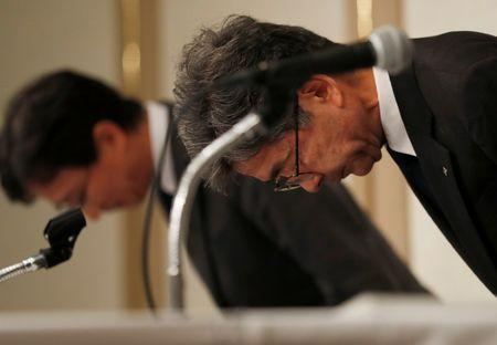 Kobe Steel Executive Vice President Naoto Umehara (R) bows at a news conference in Tokyo, Japan October 20, 2017.  REUTERS/Issei Kato