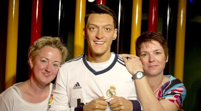 <p>The only thing stopping Ozil kissing the Madrid badge was his waxiness. Probably why he left… </p>