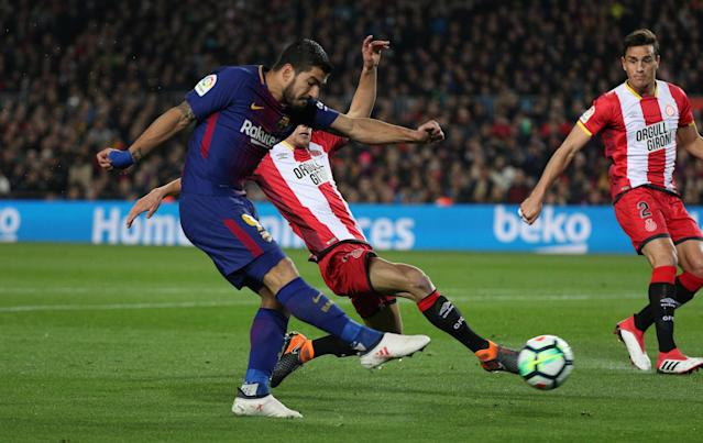 Soccer Football - La Liga Santander - FC Barcelona vs Girona - Camp Nou, Barcelona, Spain - February 24, 2018 Barcelona's Luis Suarez has a shot at goal as Girona's Pere Pons attempts to block REUTERS/Sergio Perez