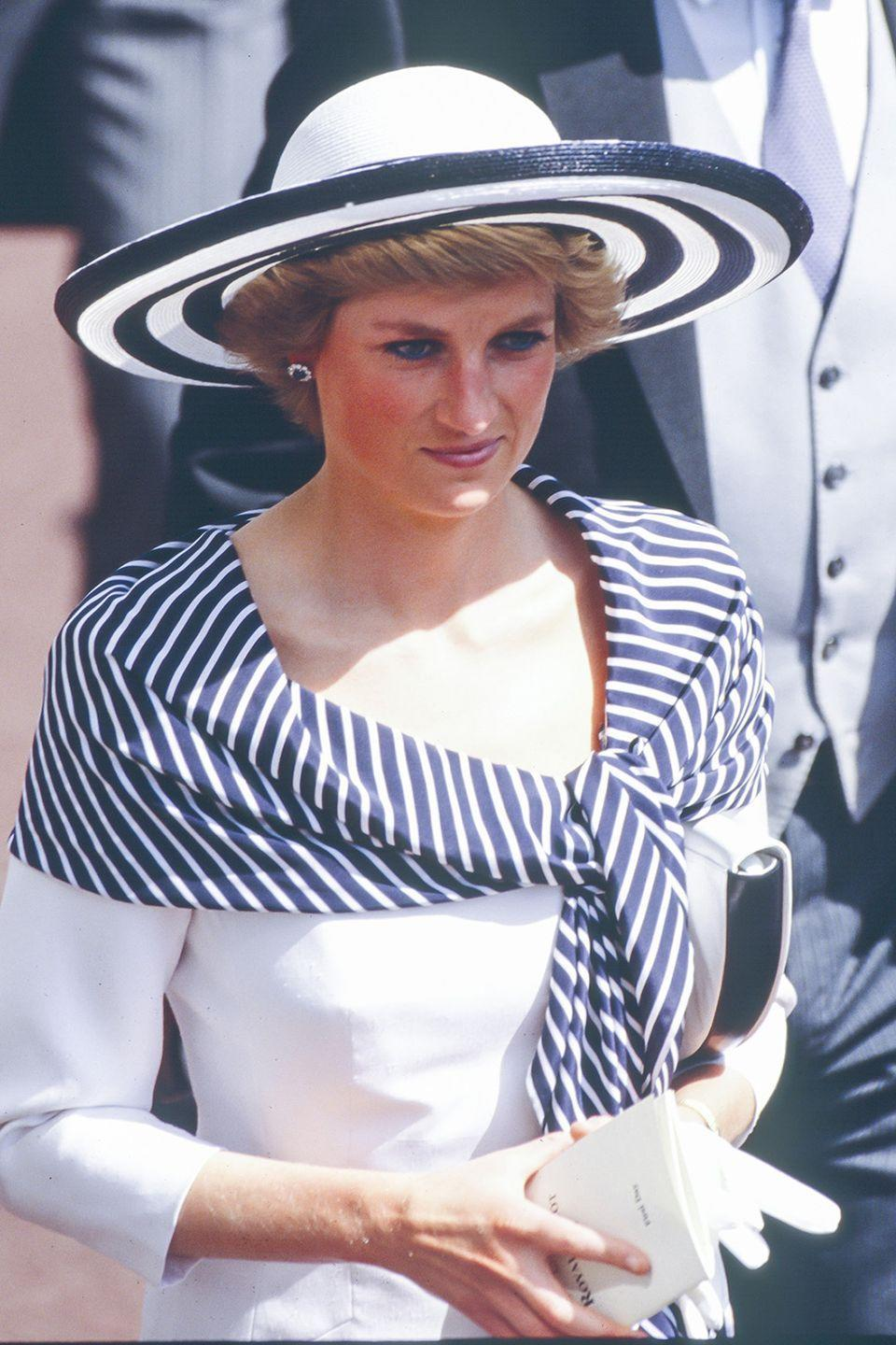 <p>Arriving at The Royal Ascot in a graphic navy-and-white wide-brim hat.</p>