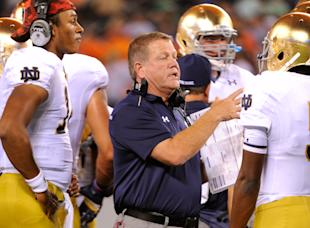 Brian Kelly talks with his players during Notre Dame's win over Syracuse. (USA Today)