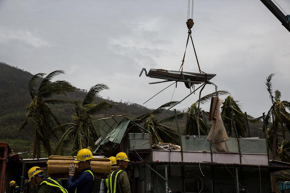 <p>Workers remove a damaged roof damaged by Typhoon Nepartak on July 9, 2016 in Taitung, Taiwan. (Photo: Billy H.C. Kwok/Getty Images) </p>