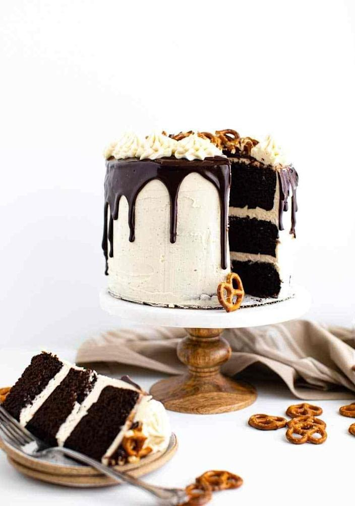 """<p>You'll want the lick the Baileys buttercream frosting right from the bowl. Chocolate and beer lovers alike will be obsessed with this cake.</p><p><strong>Get the recipe at <a href=""""https://www.butterbeready.com/chocolate-stout-layer-cake/"""" rel=""""nofollow noopener"""" target=""""_blank"""" data-ylk=""""slk:Butter Be Ready"""" class=""""link rapid-noclick-resp"""">Butter Be Ready</a>.</strong></p><p><strong><a class=""""link rapid-noclick-resp"""" href=""""https://go.redirectingat.com?id=74968X1596630&url=https%3A%2F%2Fwww.walmart.com%2Fsearch%2F%3Fquery%3Dcake%2Bstand&sref=https%3A%2F%2Fwww.thepioneerwoman.com%2Ffood-cooking%2Fmeals-menus%2Fg35269814%2Fst-patricks-day-desserts%2F"""" rel=""""nofollow noopener"""" target=""""_blank"""" data-ylk=""""slk:SHOP CAKE STANDS"""">SHOP CAKE STANDS</a><br></strong></p>"""
