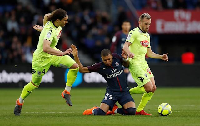 Soccer Football - Ligue 1 - Paris St Germain vs Angers - Parc des Princes, Paris, France - March 14, 2018 Paris Saint-Germain's Kylian Mbappe in action with Angers' Mateo Pavlovic (L) and Flavien Tait REUTERS/Gonzalo Fuentes