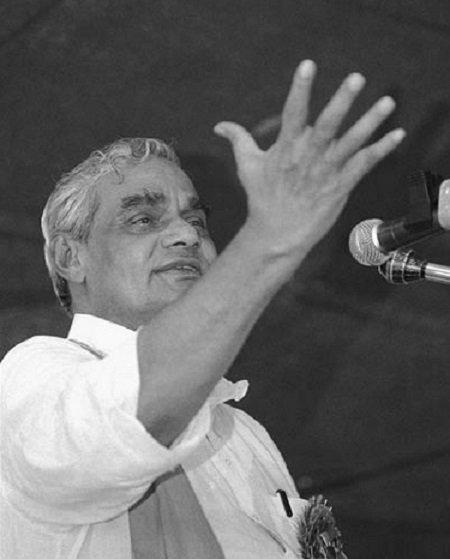 <p>Atal Bihar Vajpayee giving a speech at a rally. (Photo tweeted by @IndiaHistoryPic) </p>