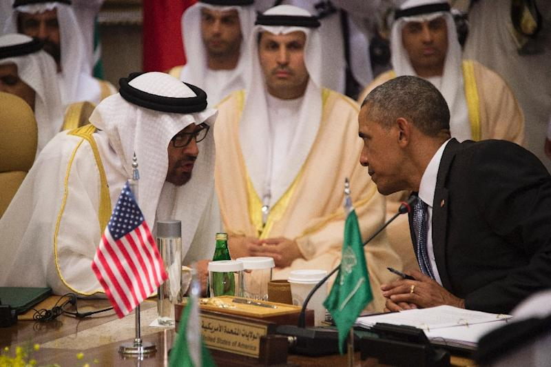 US President Barack Obama (R) speaks with Sheikh Mohammed bin Zayed al-Nahyan (L), Crown Prince of Abu Dhabi, during the US-Gulf Cooperation Council Summit in Riyadh, on April 21, 2016 (AFP Photo/Jim Watson)