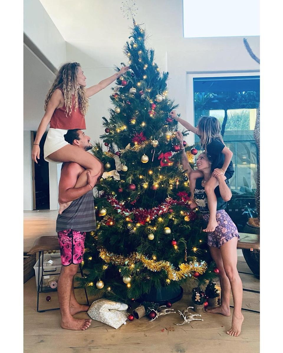 Elsa Pataky needed a bit of assistance from one of her kids with Chris Hemsworth to reach the top of their extra tall tree. Photo: Instagram/elsapatakyconfidential.