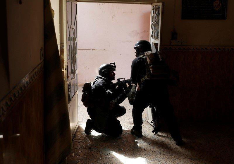 FILE PHOTO: Iraqi special forces soldiers search a house during a battle with Islamic State militants in Mosul, Iraq March 1, 2017. REUTERS/Goran Tomasevic