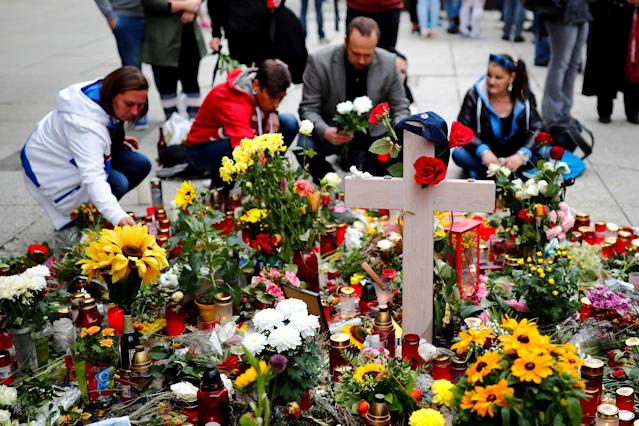 <p>People place flowers at a makeshift memorial in the crime scene where a German man was stabbed in Chemnitz, Germany, Sept. 1, 2018. (Photo: Hannibal Hanschke/Reuters) </p>