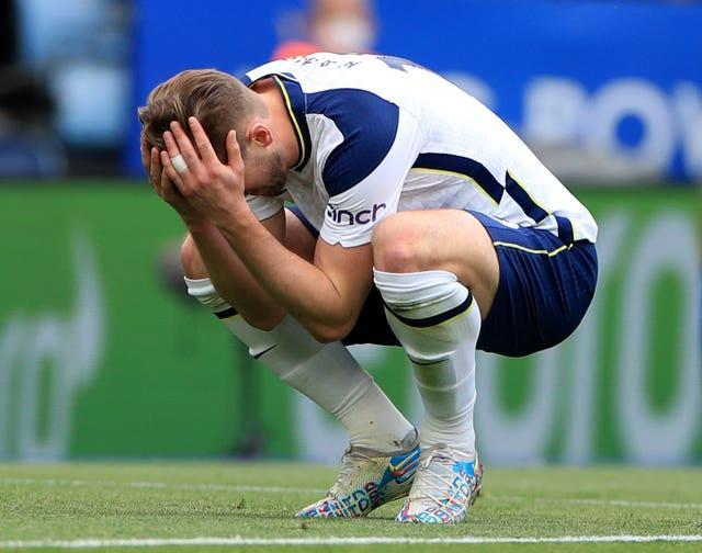 Harry Kane holds his head in his hands