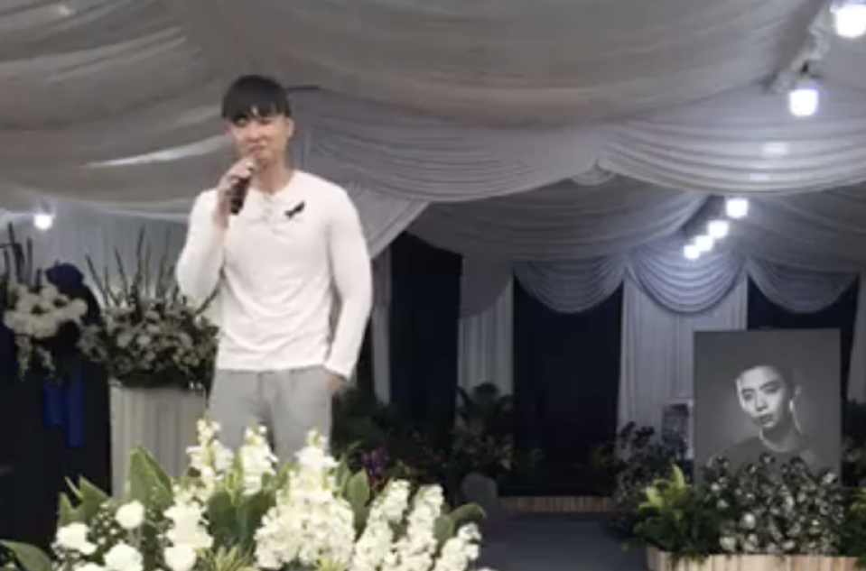 Jefferson, the eldest brother of late actor Aloysius Pang, gives his eulogy at the memorial for the Singapore star on January 27, 2019. (SCREENCAP: NoonTalk Media/Facebook)