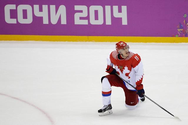 Russia forward Yevgeni Malkin looks up at the scoreboard after men's quarterfinal hockey game against Finland in Bolshoy Arena at the 2014 Winter Olympics, Wednesday, Feb. 19, 2014, in Sochi, Russia. Finland defeated Russia 3-1. (AP Photo/David J. Phillip )
