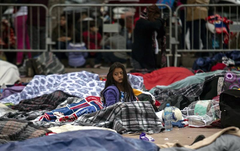 Central American migrants who traveled through Mexico in a caravan sleep outside a border in Tijuana, Mexico, on April 30, 2018 (AFP Photo/GUILLERMO ARIAS)